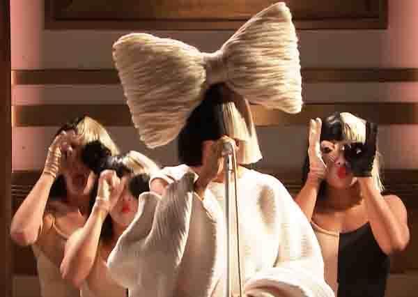 原本寫給蕾哈娜現在自己拿來唱!不露臉天后Sia請來3位分身熱舞,好聽度也三倍UP?