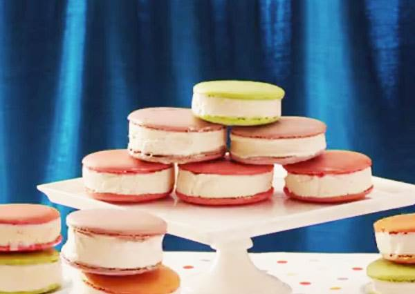 做一點點小變化,馬卡龍立刻從優雅甜點變成讓人狼吞虎嚥的冰淇淋三明治!