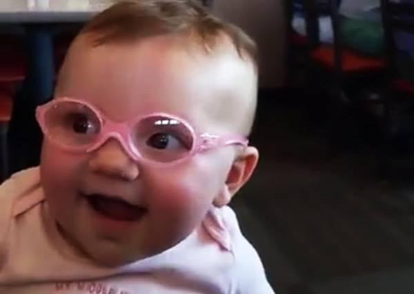 瞧瞧這小可愛!近視女娃第一次戴眼鏡看清世界,滿足微笑萌到可以當代言人啦!