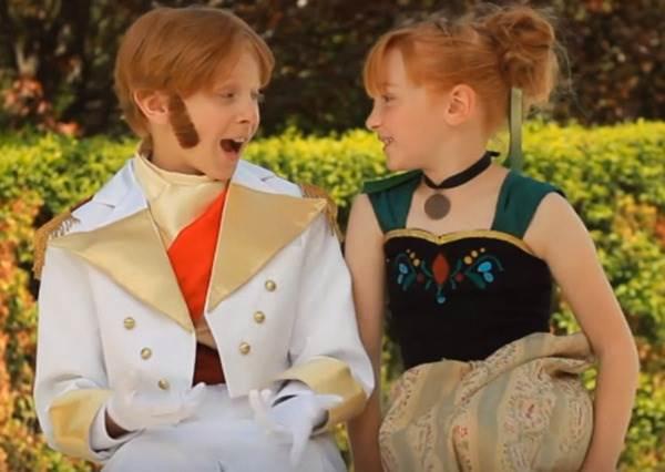 跟安娜簡直像雙胞胎阿!冰雪奇緣真人版翻拍,兩人合唱《LOVE IS AN OPEN DOOR》
