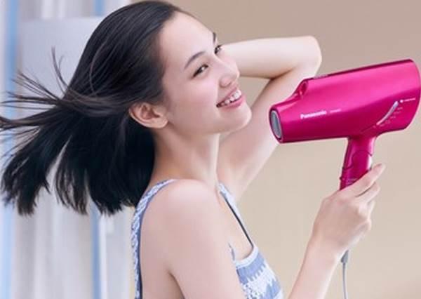 吹風機只用來吹頭髮就太浪費了!8個聰明到想喊BRAVO的密技,連戴眼鏡的人都會用到