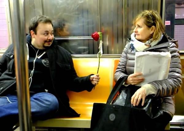 這個男生覺得情人節大家需要的不是情人而是愛,決定把花全都送給陌生人,最後結局會害單身的人也開始期待...