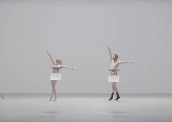 遠看只覺得這兩個芭蕾舞者服裝有點奇怪,等鏡頭拉近才發現他們竟然靠著無人機自打馬賽克?