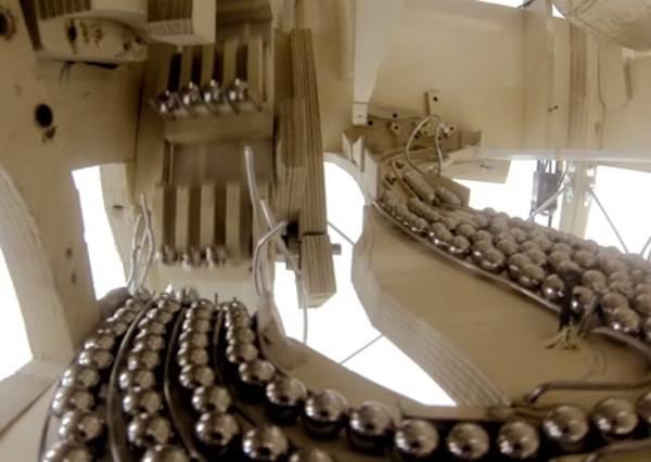 一個人就能抵過交響樂隊!狂派音樂家用2000 顆小鋼珠打造視覺與聽覺兼具的神樂器
