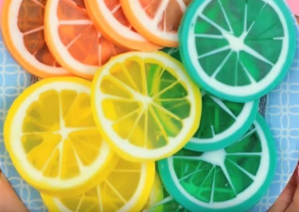 水果切片一秒變《檸檬手工肥皂》!造型可愛又簡單,學會這一次等於其他水果造型都會做啦