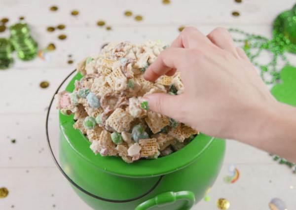 把餅乾全部倒出來就完成!在外國超夯的鹹鹹甜甜「白巧克力餅乾碎片」也能在家DIY