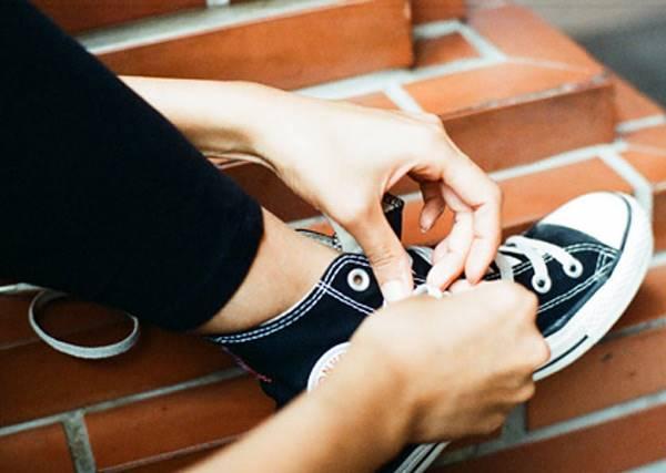歐買尬,都幾歲了,還不會綁鞋帶?!!讓我們教你如何正確綁鞋帶吧!!