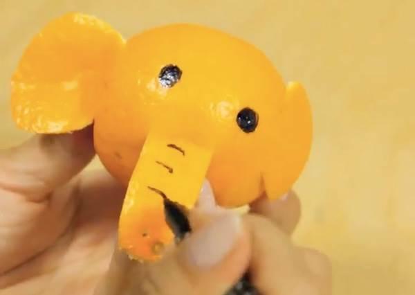 在橘子上用黑筆畫圓圈又畫長形,再用刀子劃幾刀!猜猜會變什麼動物?
