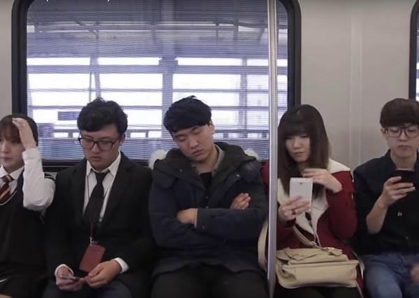 韓國電車上可以大聲講電話? 沒想到他們聲音居然彼此和諧的...成為一首歌!