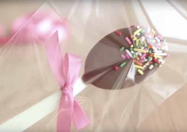 可以直接吃還能變身攪拌棒,免烤箱的《巧克力湯匙棒棒糖》,保證連幼幼班也能做成功!