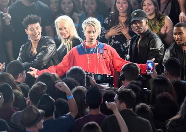 以為iHeartRadio音樂盛會在演八點檔!泰勒絲放閃無極限,小賈當前女友的面讓台下女粉絲對他做了這件事!