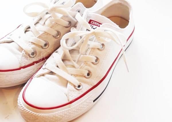 曾經熱愛的白布鞋穿到變「灰布鞋」? 達人教你用衛生紙這樣洗,就像買雙新的!