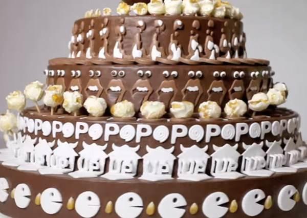 這看起來只是個精緻的巧克力蛋糕,但當旋轉時你就會發現它會紅絕對不只是靠外表而已!