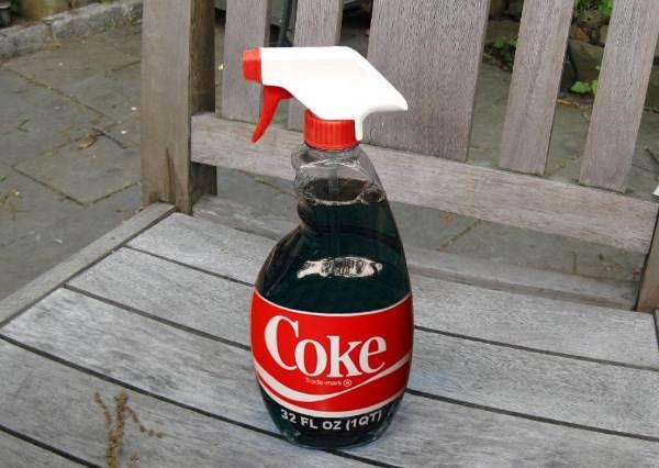 大家都知道洗衣精是「黑色剋星」,把它跟可樂混合後...實驗結果可能會讓你覺得很美!?