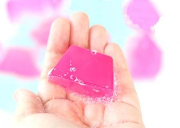 到底哪裡來的才華把香皂和果凍結合? DIY《果凍皂》害我洗澡又多了10分鐘在玩ㄉㄨㄞ腰腰!