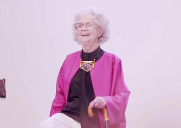 時尚雜誌找來「100歲阿嬤當模特兒」,當她一站到鏡頭前…大家就發現薑還是老的辣啊!