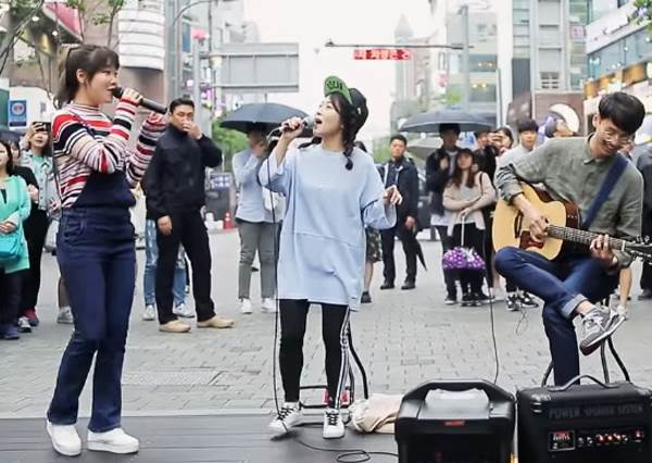 超驚喜!街頭藝人歌唱到一半突然嚇壞,因為原唱歌手竟然驚喜現身還加入一起唱!