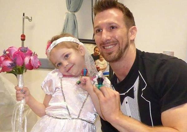 患白血症四歲女童結婚!醫院為小女孩打氣舉辦婚禮