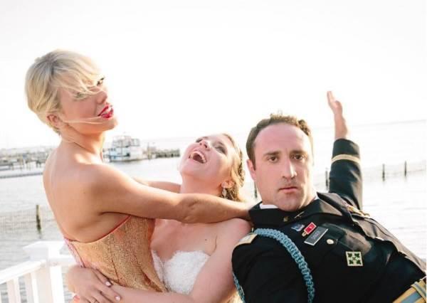 失戀還是要相信愛!單身泰勒絲現身粉絲婚禮,自彈自唱彷彿沒有情傷!