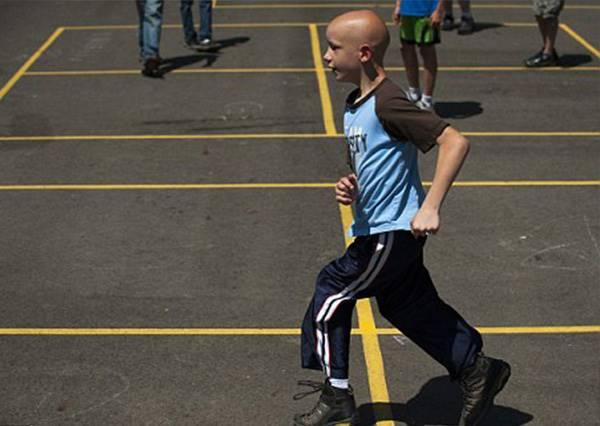 小兒麻痺的他看著同學越跑越遠,要放棄時,老師做了一件事讓他能堅持到終點