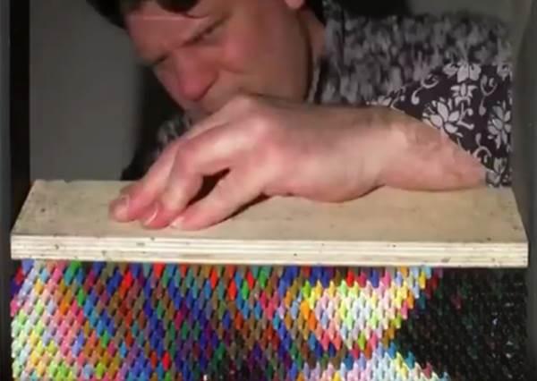 《蠟筆最新用途》別人都用蠟筆來畫畫,但他創作出人像的方式你絕對沒看過!