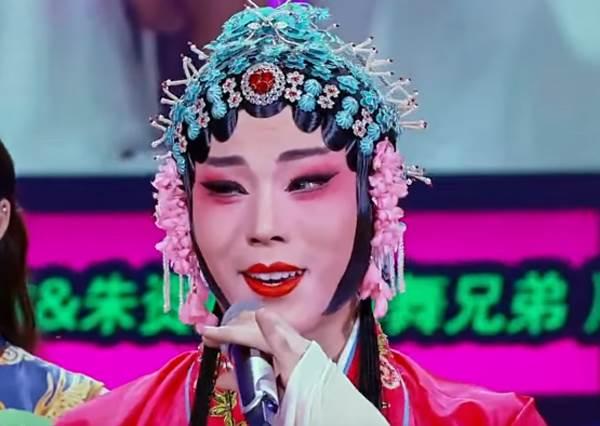 這個穿著國劇服飾的「青衣男子」意外跳起一首歌,超瘋狂畫面會讓你終於看到傳統藝術還能和最新韓流這樣結合!
