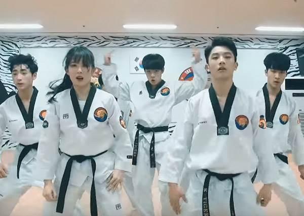 當跆拳道遇上街舞...南韓舞團K-Tigers側踢空翻大跳超人氣男團新歌,0:58秒這一踢帥到直逼原唱啦!