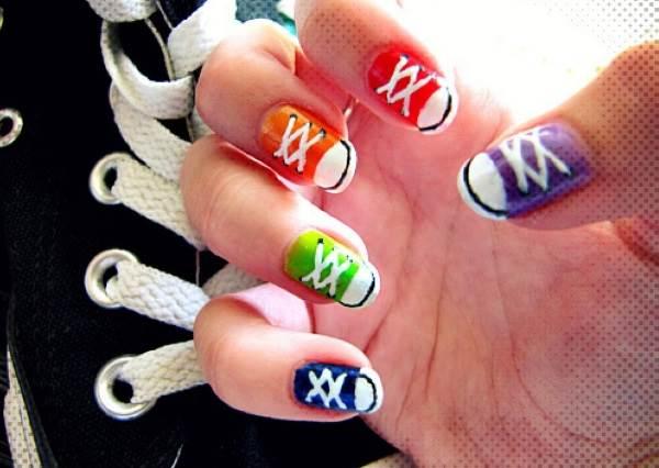 根本就是法式指甲多幾筆而已? DIY《帆布鞋指彩》其實比想像中還要更簡單!