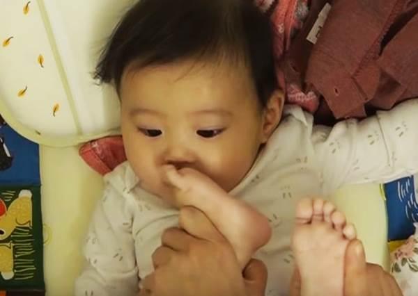 全世界媽媽都愛這樣玩小孩!「最小網紅」也逃不過摧殘? 賈靜雯竟然這樣玩咘咘!