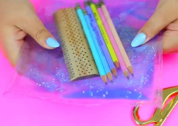 你只需要4樣東西就可以快速完成文具控最愛的「透明流沙筆袋」!