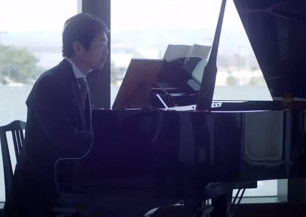 不會彈琴的爸爸,在女兒婚禮獻上的稚嫩演奏,竟讓所有人都哭了!