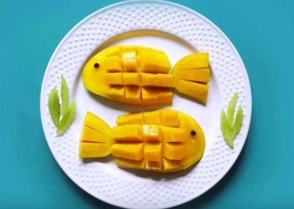芒果新吃法! 這樣切芒果,竟然就能變出一隻黃色熱帶魚?