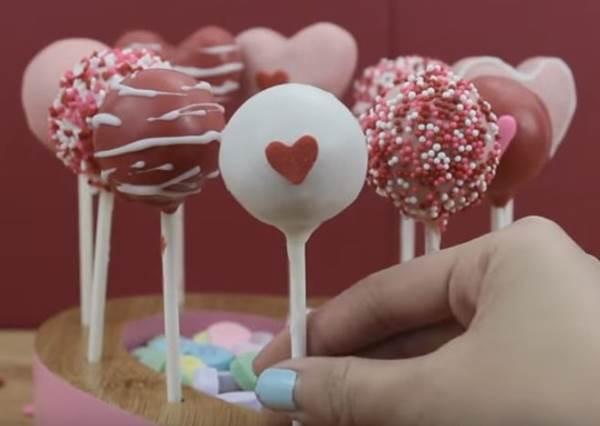 只要負責裝飾就好? 不用烤的「情人節蛋糕棒棒糖」,簡單但浪漫度也能破表!