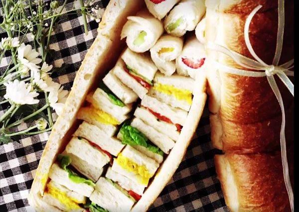 大家都不懂她野餐為何只帶一塊普通麵包,沒想到「她一拿開蓋子」時所有人開始追問食譜了!