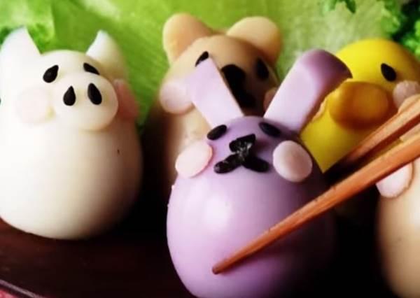 只吃水煮蛋真的太無趣了,她不需要道具就能靠純天然方式做出「動物園雞蛋」!