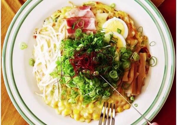 日式+義式的完美結合!教你做「泡麵比薩」,完全打敗吃過的所有口味