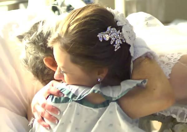 新娘為生病住院的奶奶所準備的驚喜,讓現場所有人看到這幕時都不禁哭紅眼了…