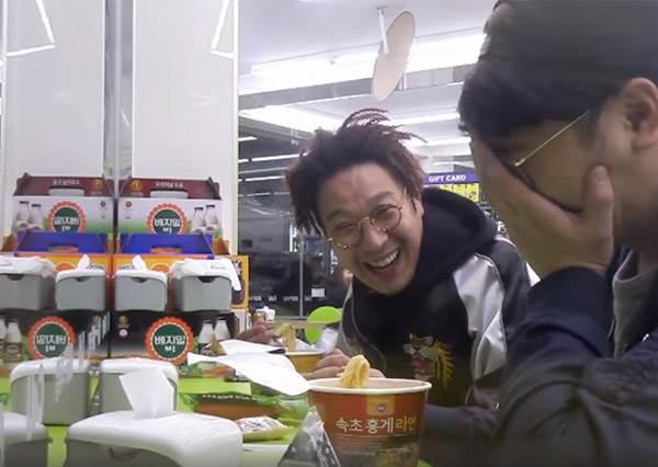 這個年輕男生忙到只能每天在超商吃泡麵當晚餐...竟然碰到超暖明星幫他加菜!?