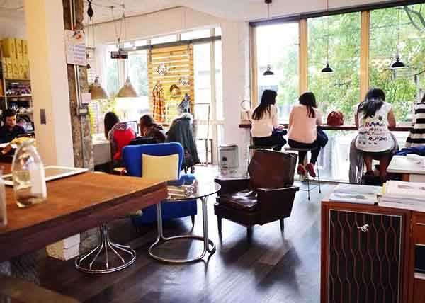 《約吃咖啡廳常出現的6種朋友類型》每次都要找插座就不能在家先充飽嗎(指)