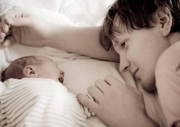 爸媽想哄小孩不哭入睡,建議嬰兒床加大好辦事啊!
