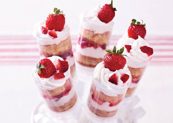 一層一層疊做「針筒草莓蛋糕」!看似高難度的午茶甜點,其實只要4步驟