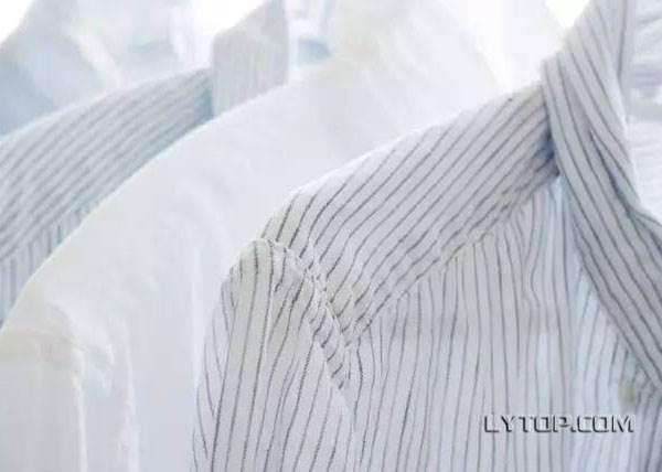 白色衣服被食物噴到洗不掉怎麼辦?只要洗衣精加入這秘密武器後,神奇的事情就發生了!
