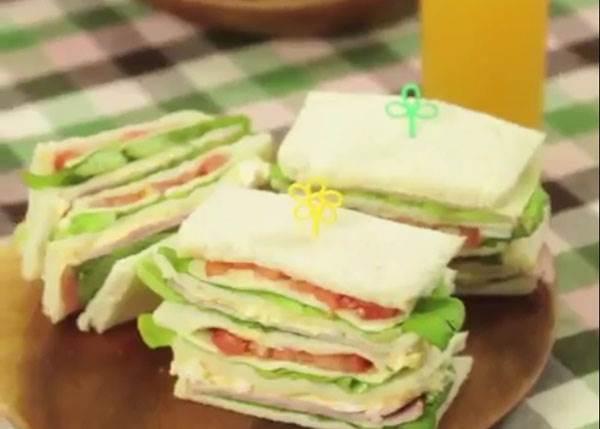 """三明治要怎麼切才不會散掉?當達人拿出""""一條線""""這樣用力拉,竟然完美的對半切開來了..."""