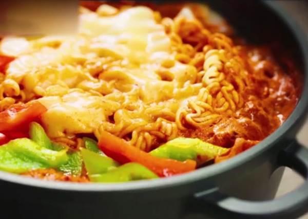 想吃韓式部隊鍋免排隊?10分鐘快速上桌超輕鬆!