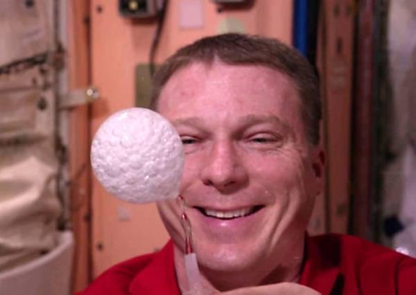 在太空中也會流眼淚嗎?太空人親自示範給你看