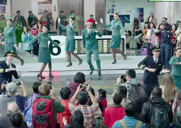 行李箱彈出聖誕老人!航空公司廣告藏驚喜