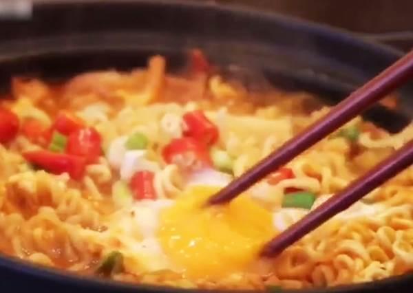 香到你一碗接一碗!五分鐘Get泡菜年糕拉麵