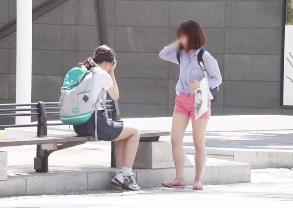 「好怕大學沒考好」學生淚崩問陌生人能不能抱抱她,大家的反應讓人覺得這個社會還是溫暖的!
