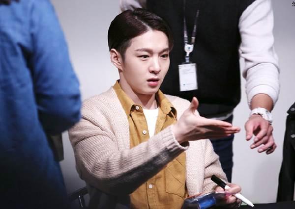 為什麼要這樣對寶寶TT 韓星握手被無視的瞬間