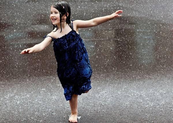 還在因下雨而感到煩躁?這個好奇寶寶淋雨初體驗的反應,絕對會幫你找回雨天的樂趣!